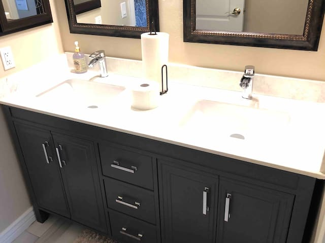 AMAZING KING SUITE (M2)w/ NEW BATH in 5 Star House