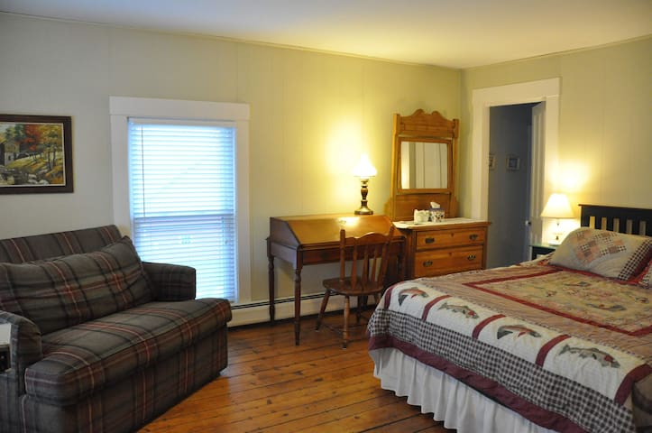 Farmhouse Suite w Private Pond & Country Breakfast