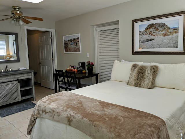 CENTRAL KANAB PRIVATE ENTRANCE  BED AND BATH