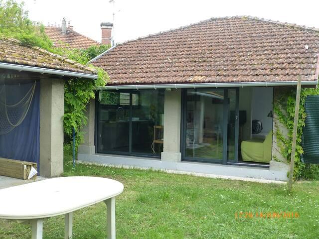 Petite maison entourée de verdure - Arès - Talo