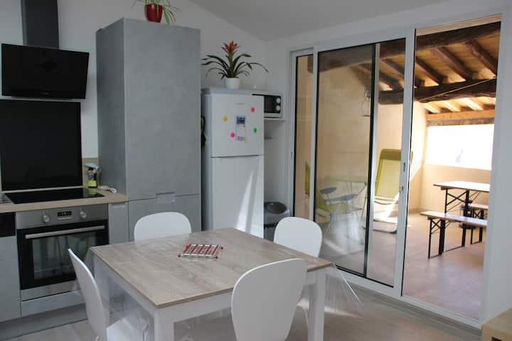 Logement lumineux avec terrasse couverte