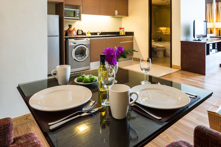 The room is fully equipped with a washing machine/dryer, refrigerator, microwave, and kitchen!