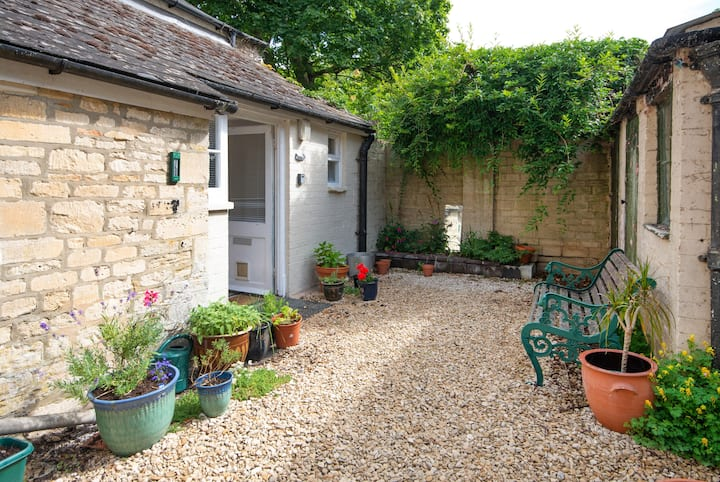 Secret Courtyard Apartment in Central Cirencester