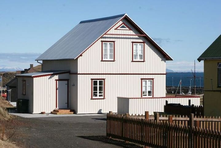 Cozy renovated house by the sea - Stykkishólmur - House