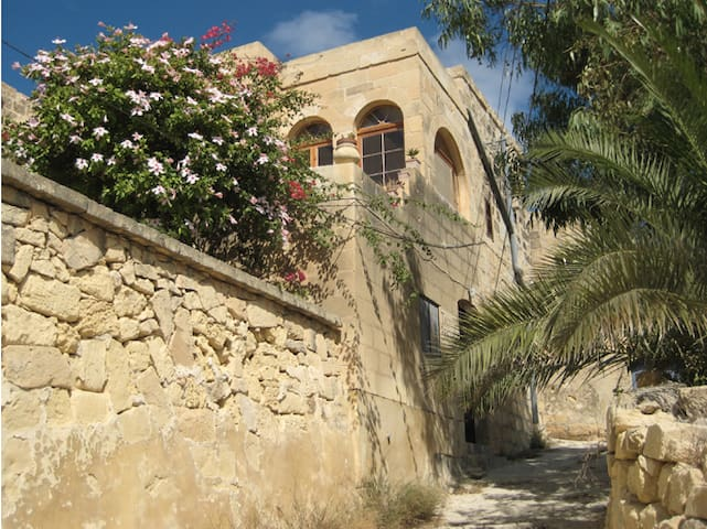 Family House with Pool and Seaview - L-Għarb - Casa