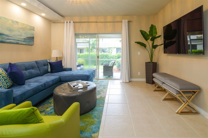 Modern Beauty, heart of Weston, newly remodled and furnished.