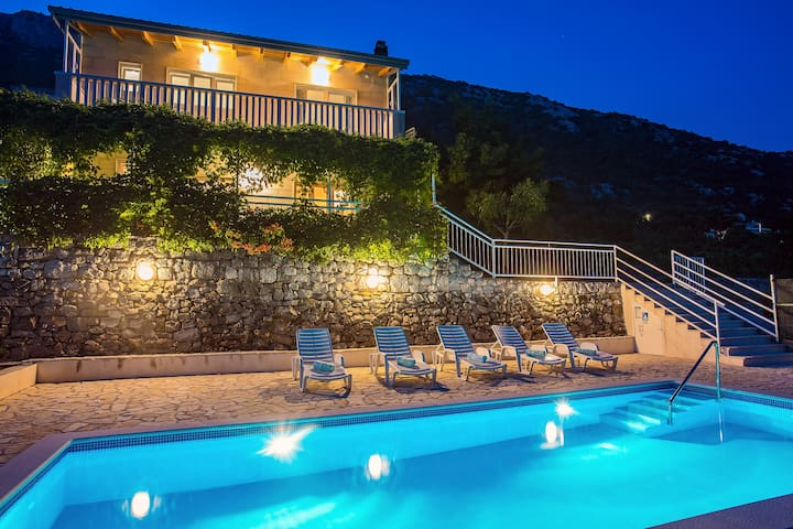 Holiday home for up to 10 with private pool.