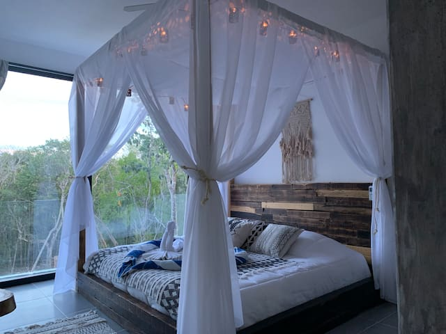 Absolutely the most beautiful bed in the world, worthy of kings (king size) and at night you can turn on the romantic lights it has.