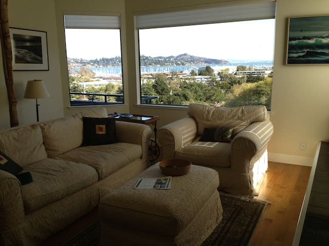 Sausalito Sunrise-Hilltop View Home( 30 days min )