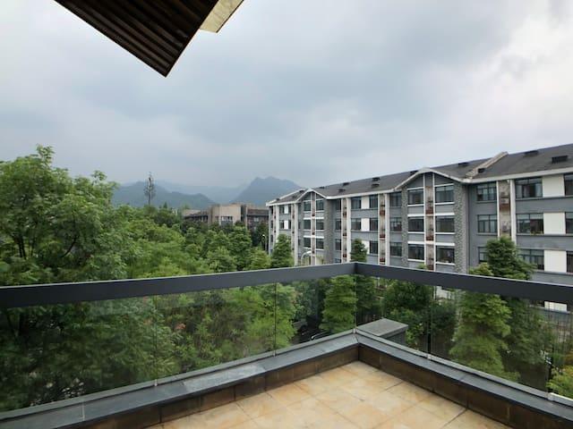 别墅阳台远眺青城山