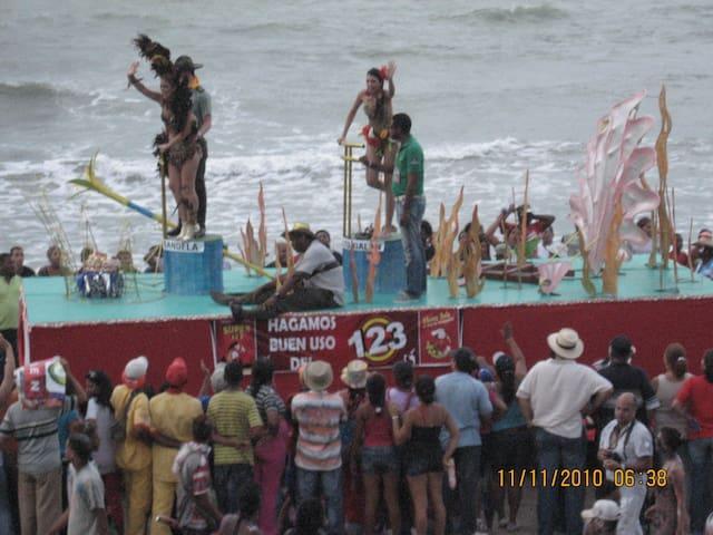 """Carnival Parade, also known as """"el Bando"""" El defile de carrozas, conocido como """"el Bando""""."""