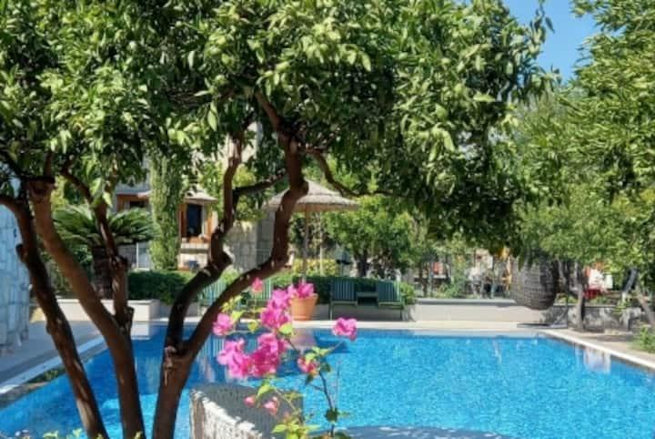 Bitez köy içi iki katlı lüks villa
