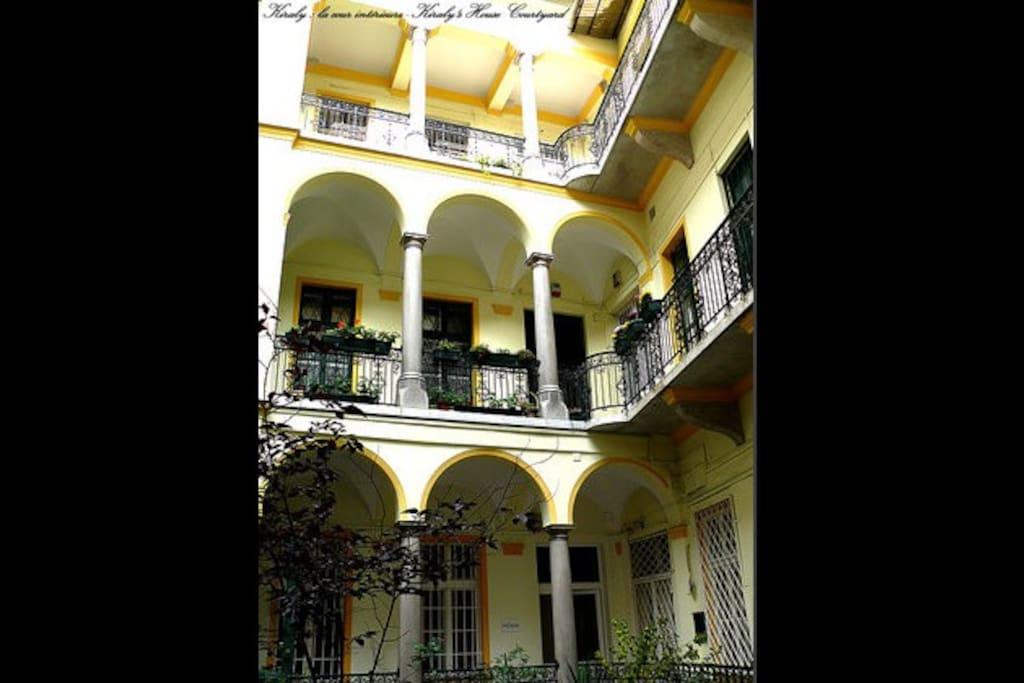 KIRALY: les arcades de la cour intérieure de la bâtisse de 1890 - The XIXth century patrician house courtyard
