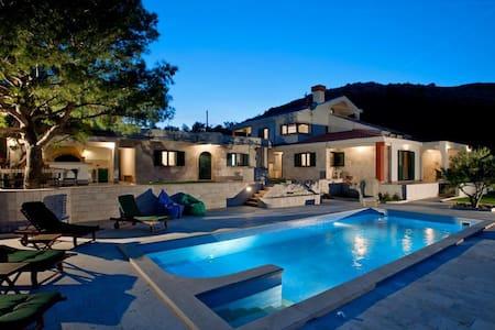 Luxury villa on Dalmatian coast - Villa