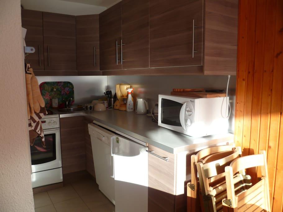 cuisine tout équipée four plaques vitro lave vaisselle cafetiere