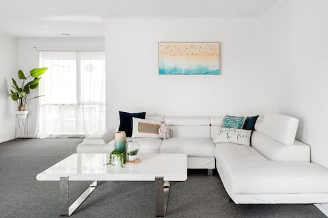 Admire Coastal-Inspired Art at a Chilled Suburban Residence