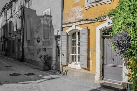 ARLES chambre indépendante  + petit déjeuner - Arles - House