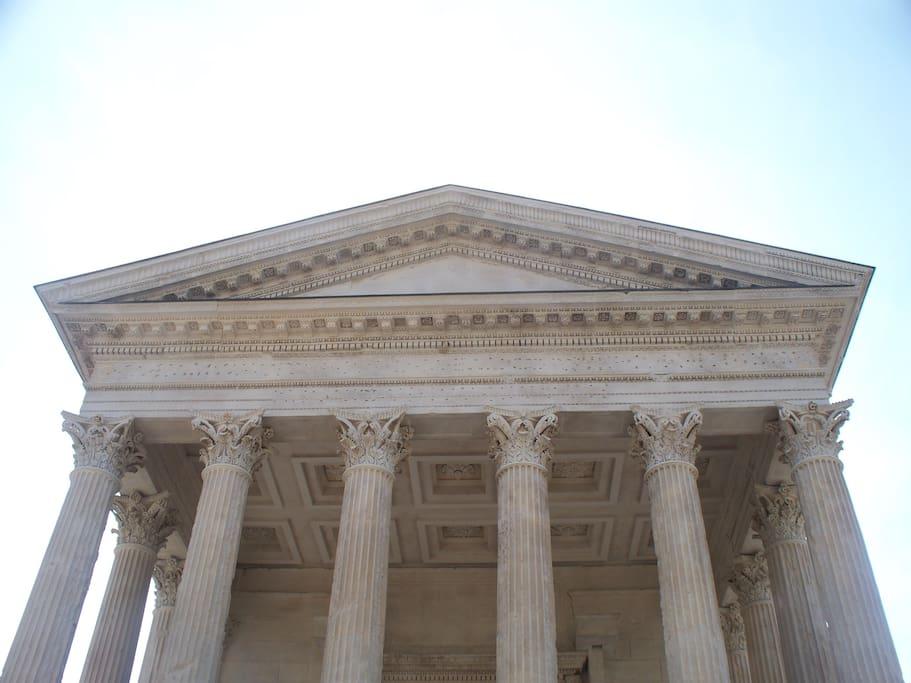 La Maison Carrée (édifice romain bi-millénaire )