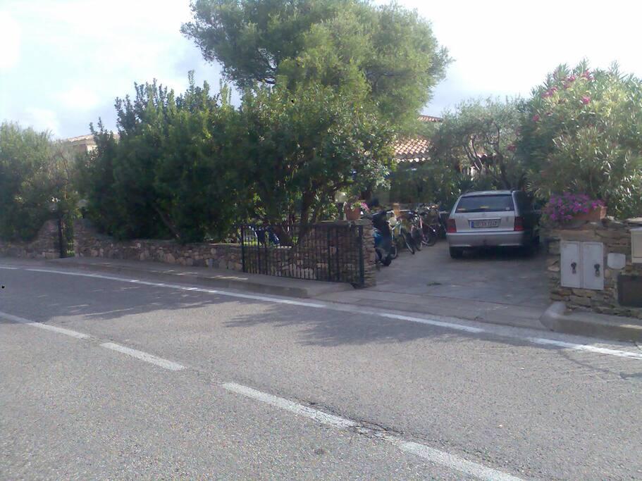 Straßenansicht mit Autoabstellplatz