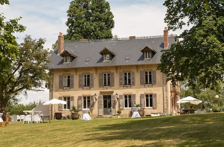 Beautiful manor with parc and great views! 15p.