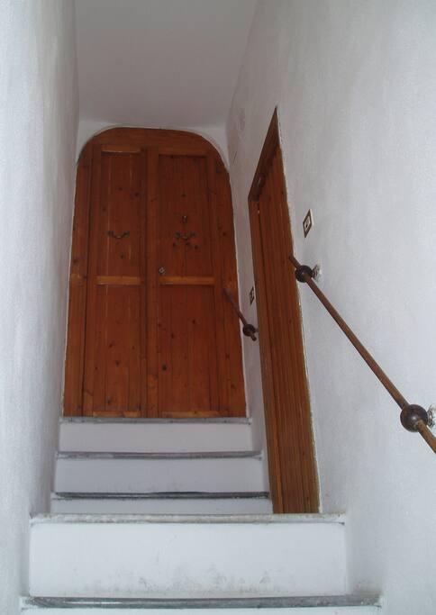 Über 36 ziemlich steile Treppenstufen gehts nach oben in die Wohnung