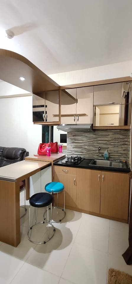 Ruang bersama yang nyaman untuk tempat makan , nonton tv , duduk santai , masak ringan , atau pun minum kopi atau teh .