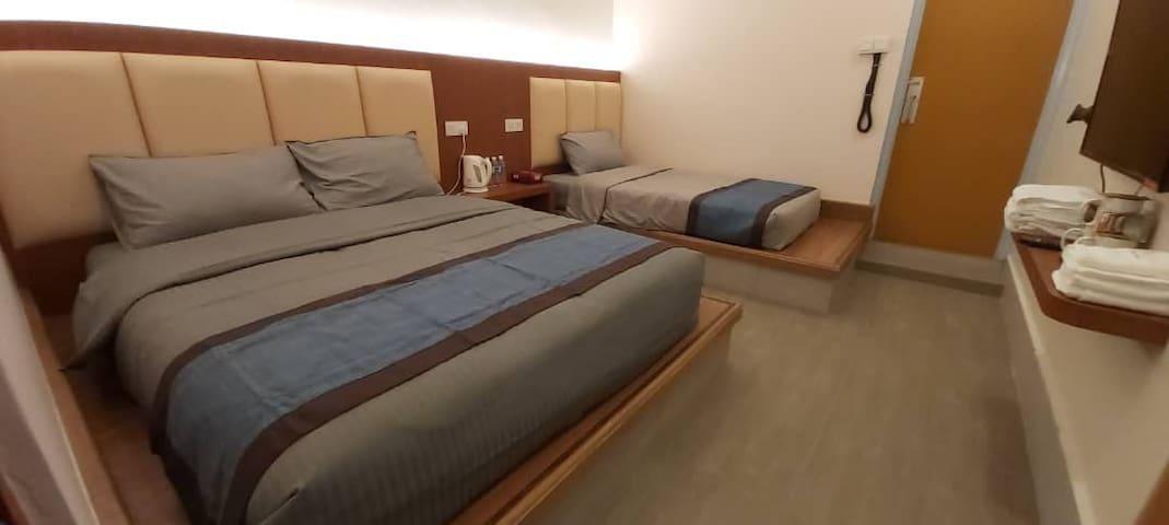 De Benz Inn (F215) Triple Bed Room with Bathroom
