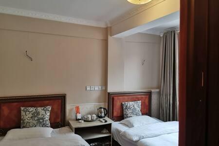 康定市丁家客栈标准双人间,室内有暖气系统,房间整洁卫生,交通便利。
