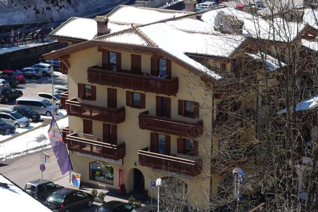 I terrazzi al primo piano sono dell'appartamento 1