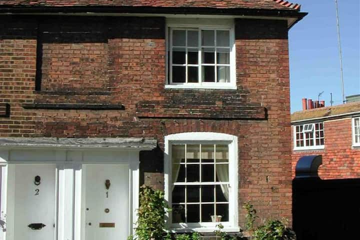 Magnificent, 13th-century cottage with open fireplace in the lovely town of Rye