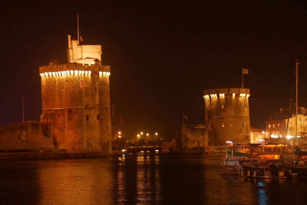 Le Vieux Port et ses deux tours, à moins de 10 minutes à pied de l'appartement