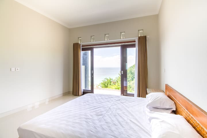 Surfer Room w Ocean View between Cool Beaches • 2
