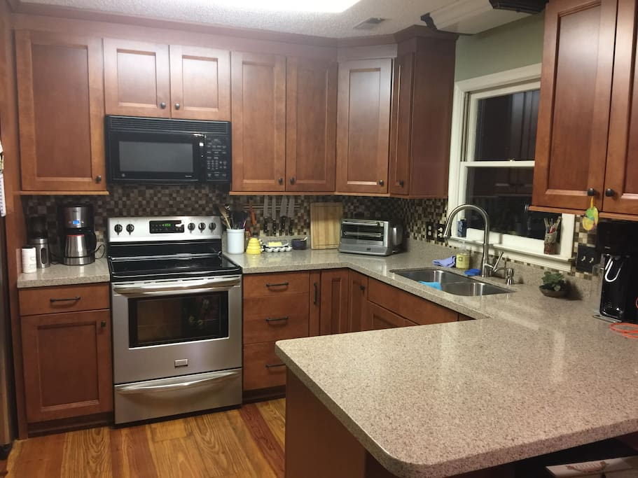 Nice kitchen with granite, good appliance, high end cookware