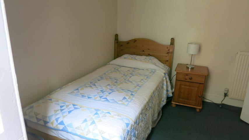 Single quiet room very close to Holyrood Palace