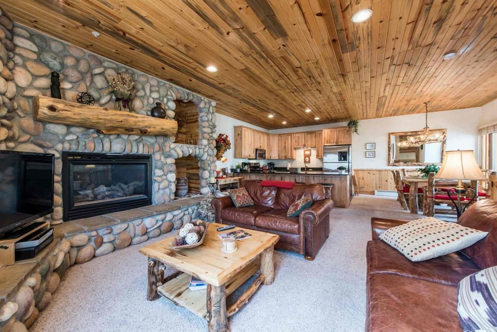 This 2-bedroom, 2.5-bath condo Timberwolf condo features an elegant mountain lodge exterior and stunning interior with mountain timber furnishings.