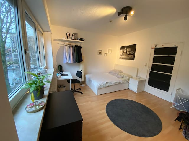 Cozy room in a big flat central in Frankfurt