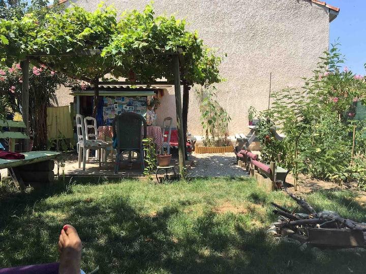 Jolie petite maison de village avec jardin