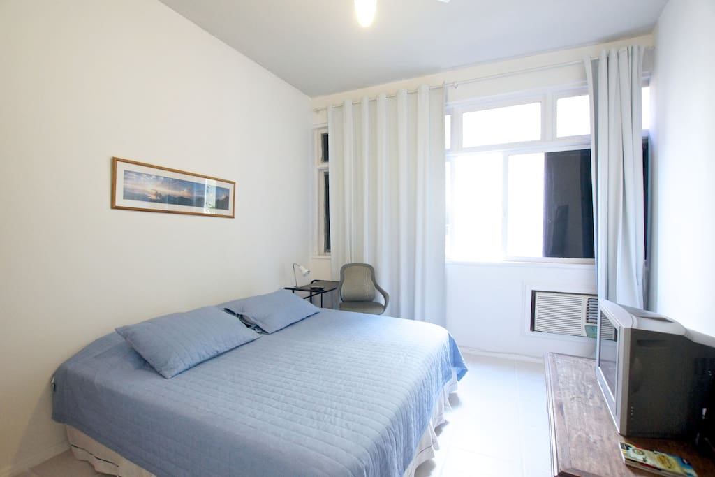 Suíte -Double bed Queen Size or 3 single beds, privative bathroom, air conditioner, ceiling fan, wi-fi 20 mega, kloset, bed sheets, pillows, towels, table, reading light and chair.