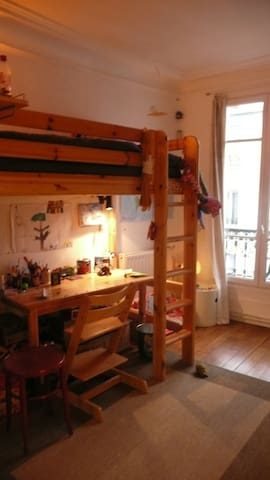 Chambre d'enfant ( possible pour adolescent) / Children's bedroom (possible for a teen-ager)