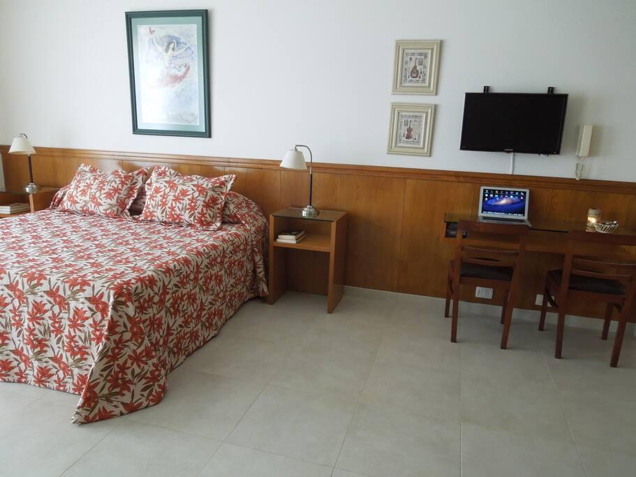 Dormitorio muy luminoso con cama king TV - Wi-Fi