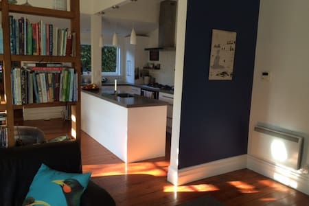 Single room in large friendly house - Auckland