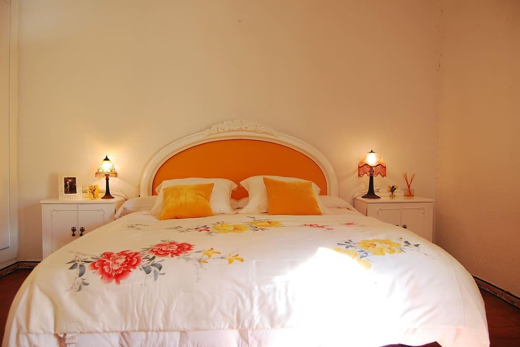 Dormitorio principal, alegre y cálido.