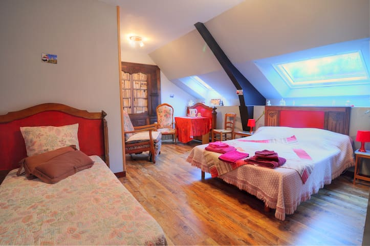 Chambre bretonne/table/ Caux-Breizh - Rohan - Bed & Breakfast