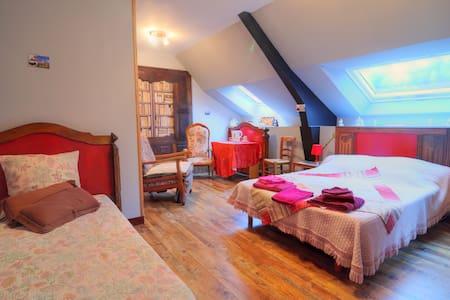 Chambre bretonne/table/ Caux-Breizh - Rohan - Bed & Breakfast
