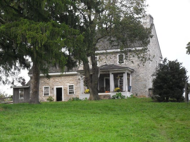 Oldeststone Farm, WV (rear corner) - Charles Town - บ้าน
