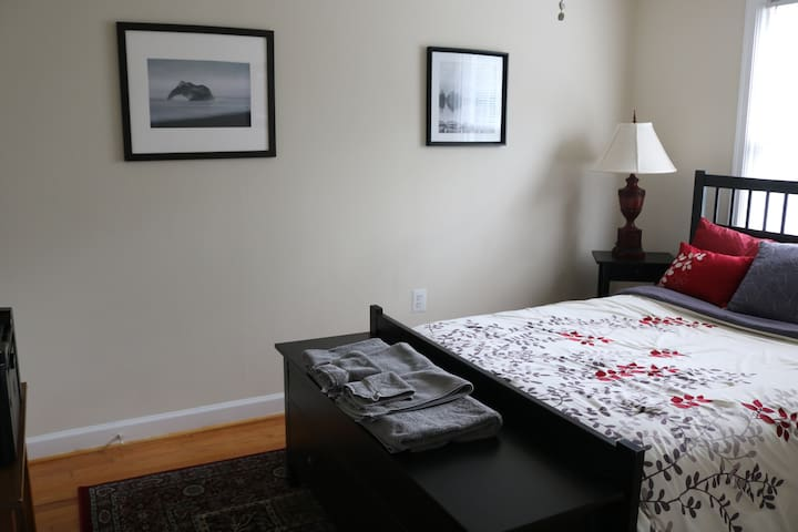 Charming, Bright Room Near Silver Spring Metro
