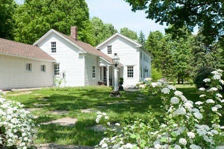 Beautiful Colonial farmhouse - Malden Bridge - Dům