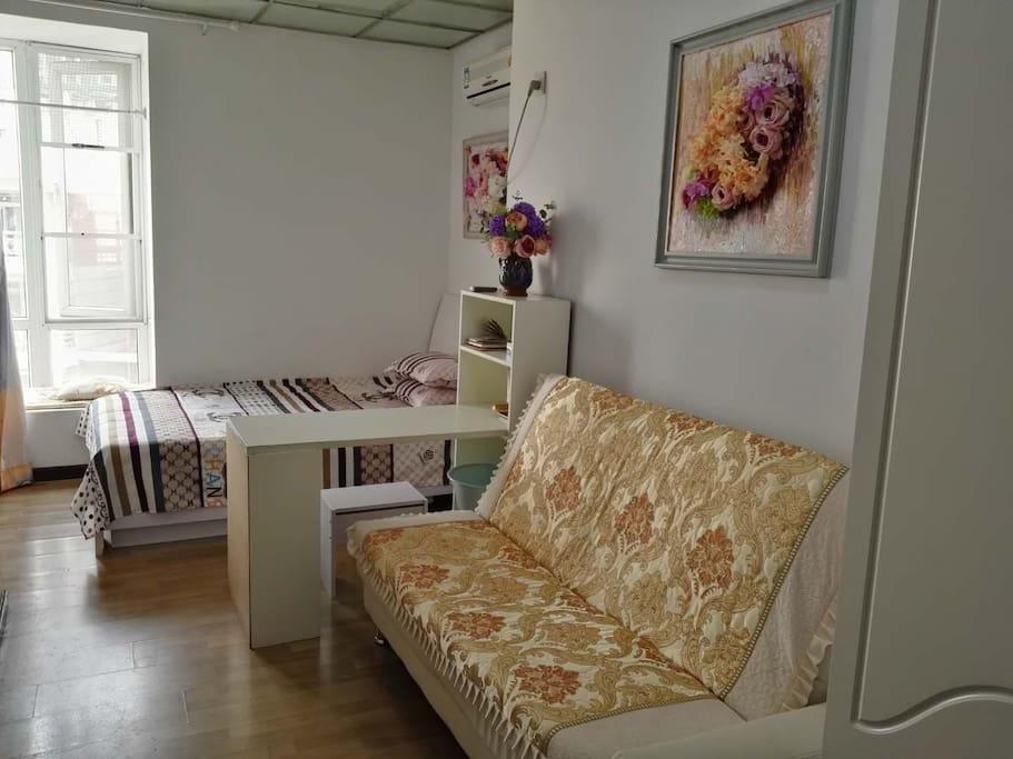 欧式风格的房间,沙发,立体油画花,飘窗,干净舒适。