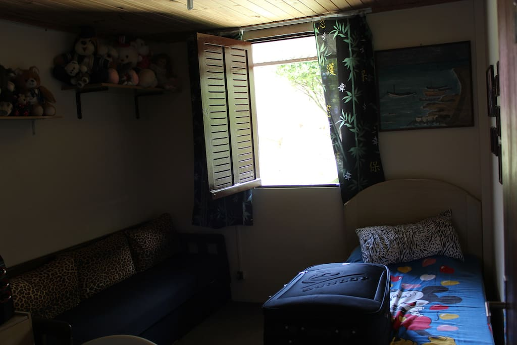 É o mesmo quarto visto de outro ângulo...