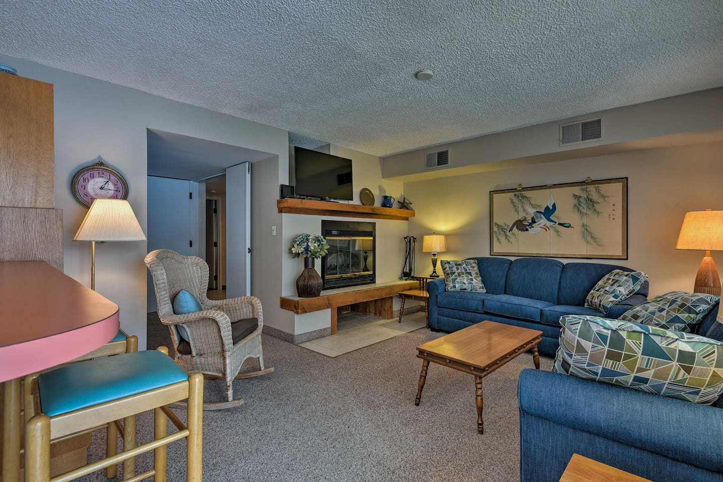 No matter the season, this 2-bedroom, 2-bath condo for 6 is perfect!
